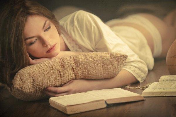 Девушка с подушкой и книгой