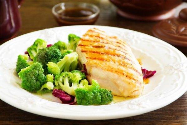 Блюдо с куриной грудкой и брокколи