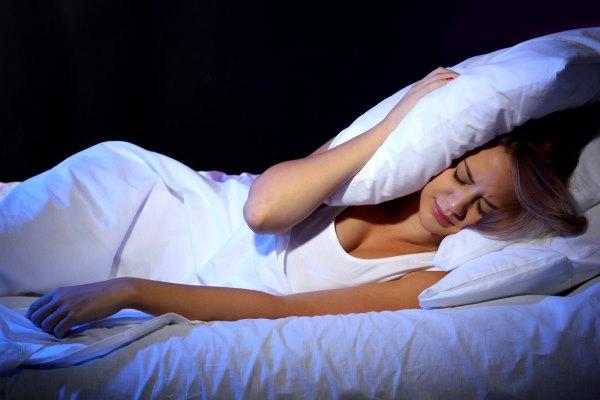 Девушка плохо спит, у нее бессонница.
