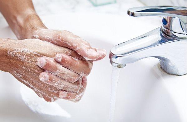 Девушка моет руки.
