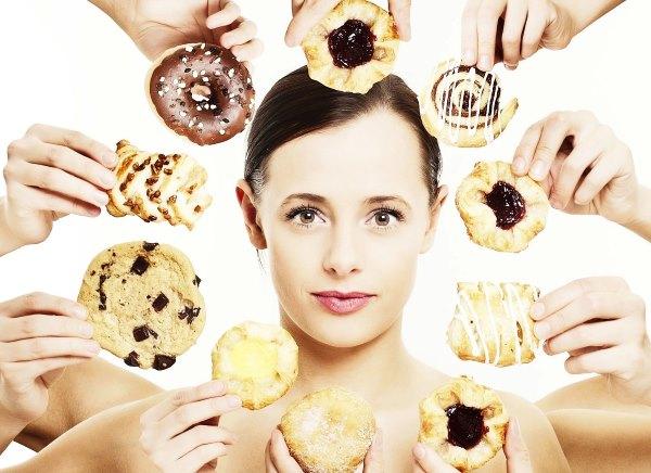 Девушке предлагают разные сладости.