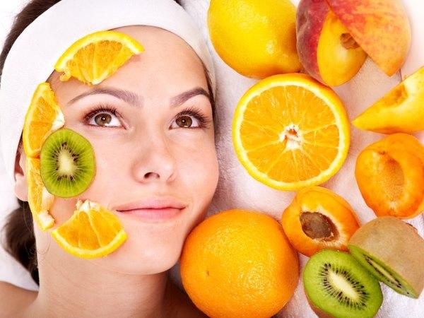 Девушка делает себе фруктовую маску.