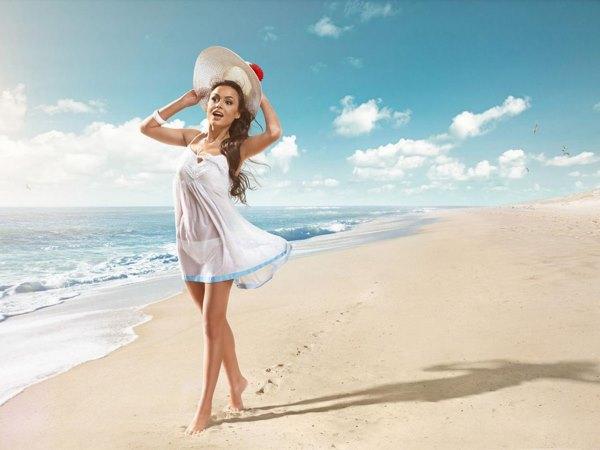 Девушка на пляже у моря.