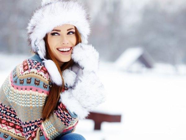Девушка зимой в перчатках.