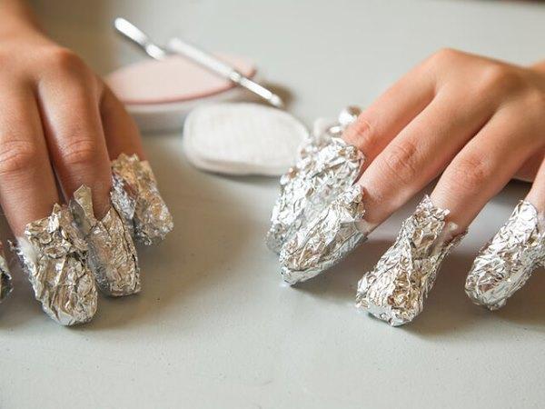 У девушки на ногтях фольга для снятия шеллака.