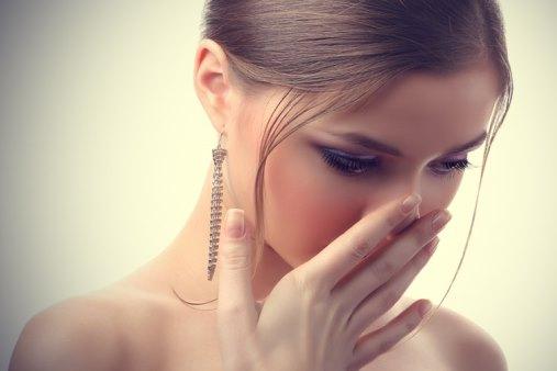 Девушка проверяет запах изо рта