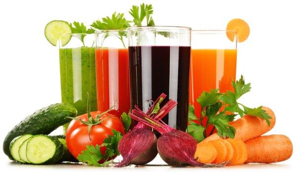 Овощные соки в стаканах и овощи