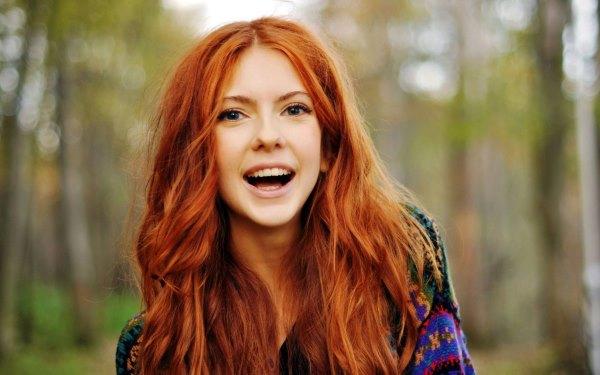 Рыжая девушка.