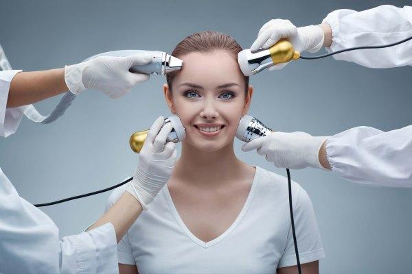 Девушке проводят разные салонные терапии.