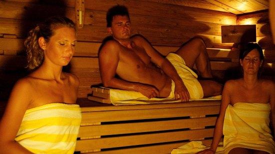 В бане люди