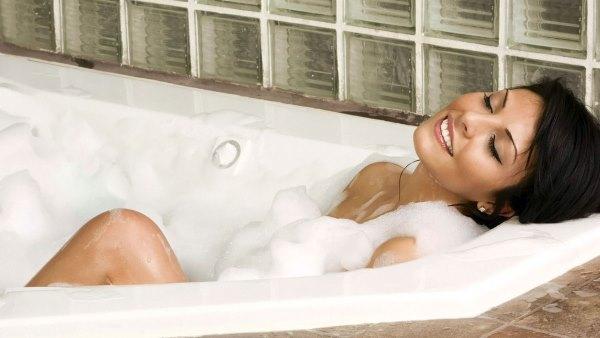 Девушка в пенной ванне.