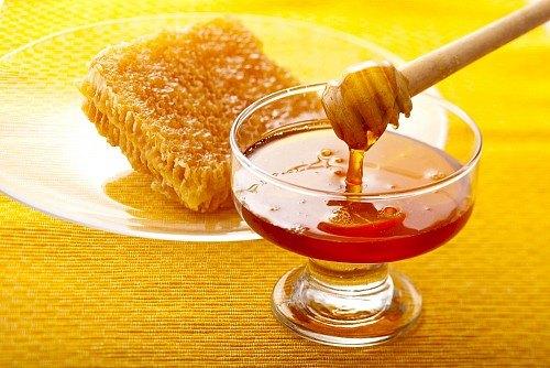 Мед – необязательный ингредиент пасты, но кожа станет мягче, если добавить его совсем немного в состав