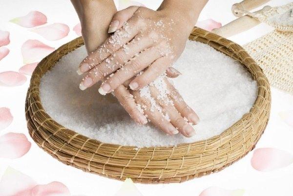 Ванночка для рук из соды и соли.