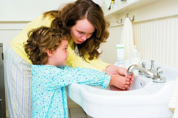 Мама с ребенком моют руки.