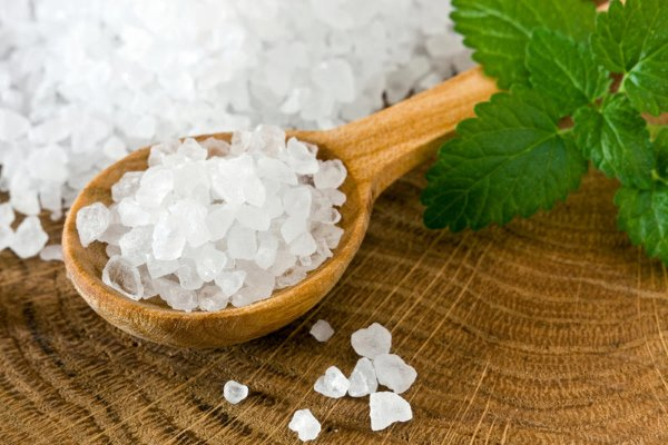 Морская соль в ложке.