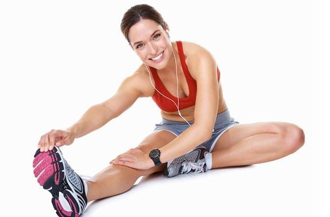 Девушка делает физическое упражнение