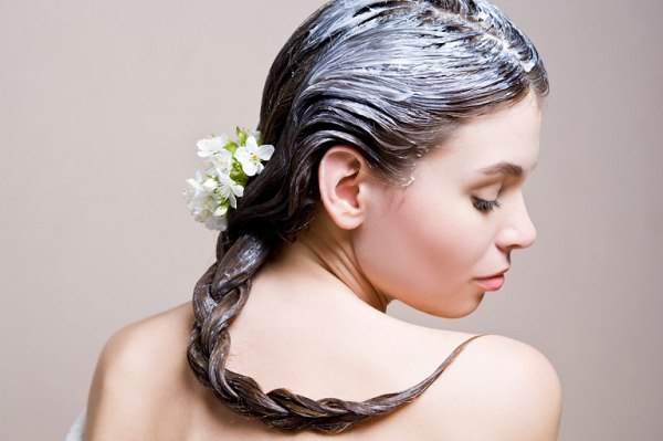 Маска для сухих и ломких волос, изготовленная своими руками, поможет восстановить водный баланс структуры локонов