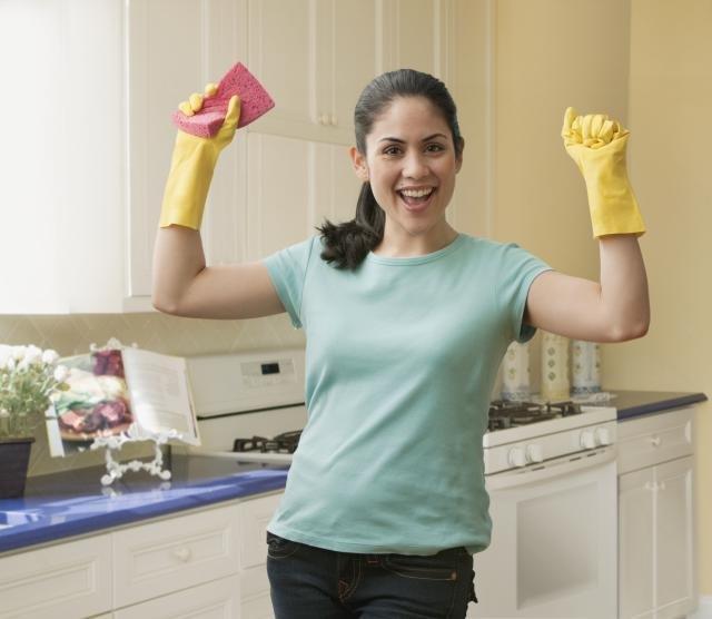 Женщина в резиновых перчатках