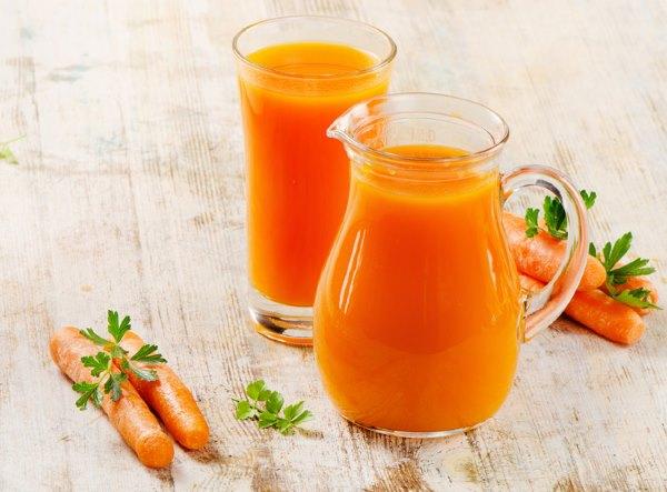 Морковный сок и морковь.
