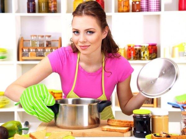 Девушка готовит.
