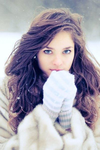 Девушка с длинными волосами зимой.