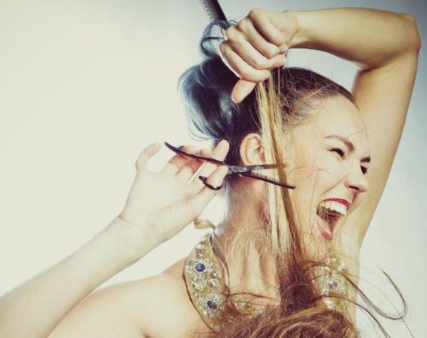 Девушка подстригает другую девушку.