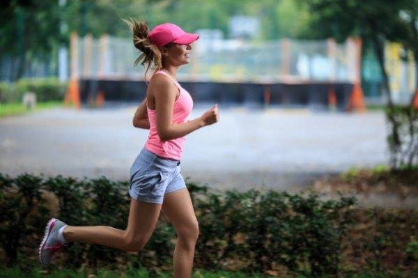 Девушка на пробежке.