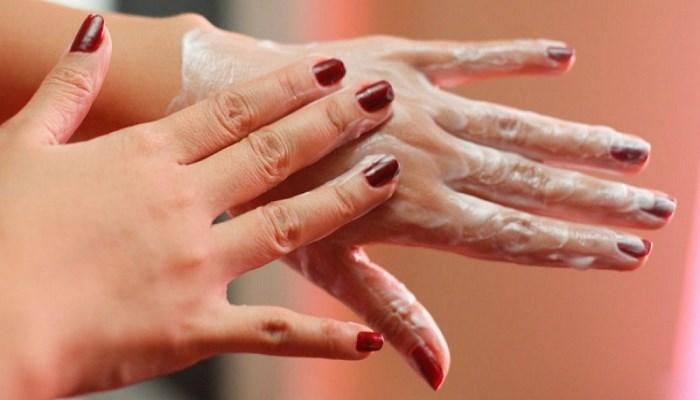 Смазываени рук кремом