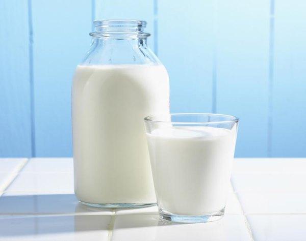 Молоко в банке и стакане.