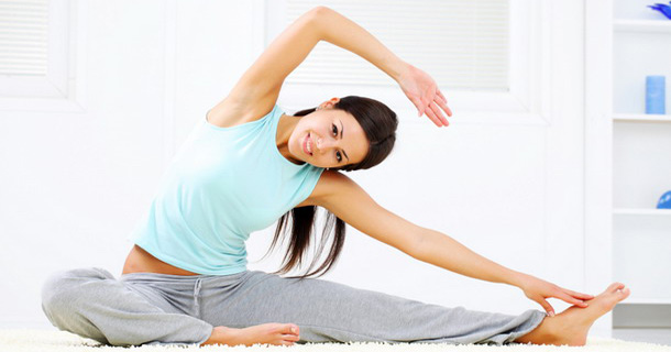Девушка выполняет физическое упражнение
