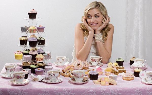 Девушка смотрит на сладости.