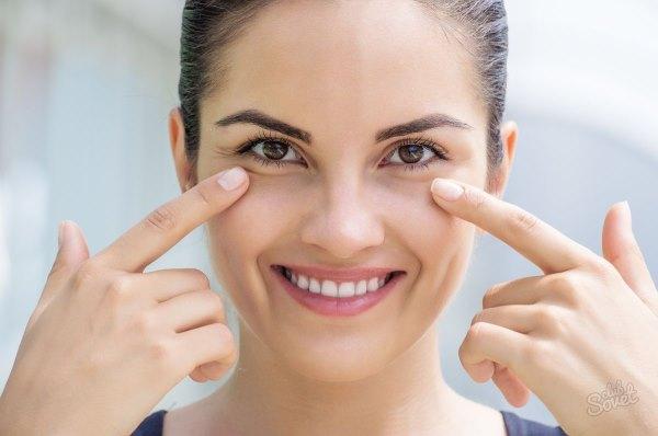 Девушка указывает на область вокруг глаз.