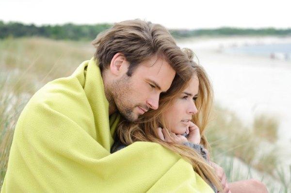 Мужчина защищает девушку, утешает ее.