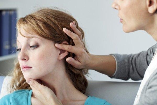 Девушка на осмотре у дерматолога.