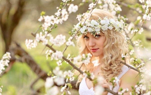 Девушка в весенних цветах.