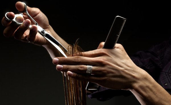 Руки парикмахера.