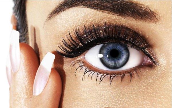 Глаз девушки с нарощенными ресницами.