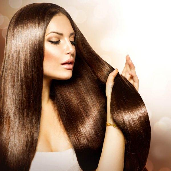 Девушка с красивыми длинными волосами.