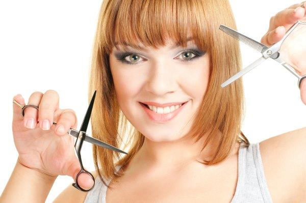 Девушка с парикмахерскими ножницами.