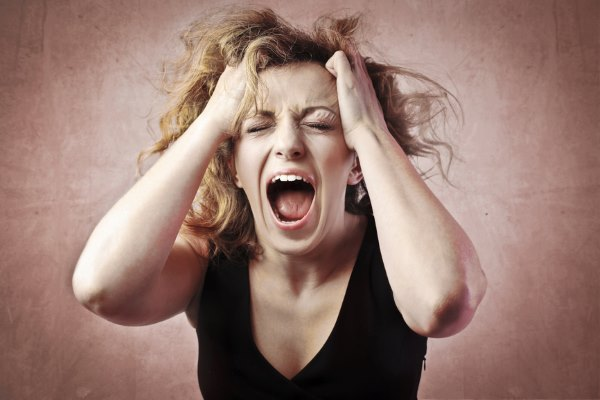 У девушки сильно болит голова.