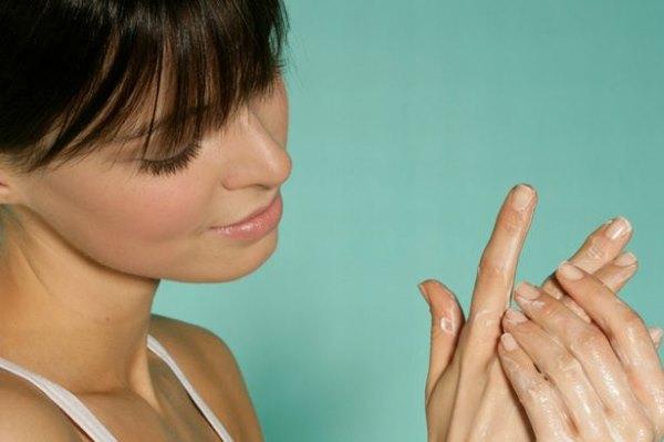 Девушка крем руки