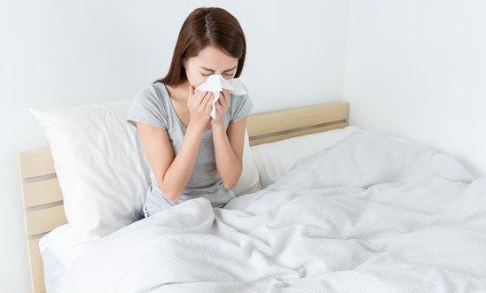 Девушка простужена.