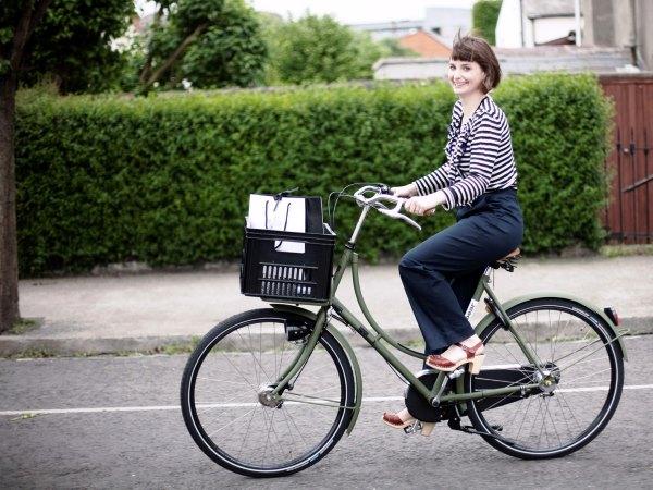 Девушка едет на велосипеде.