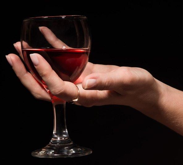 Бокал вина в руке.