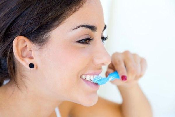 Как правильно чистить зубы взрослым и детям