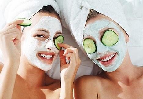 девушки с масками (сыворотками) на лице
