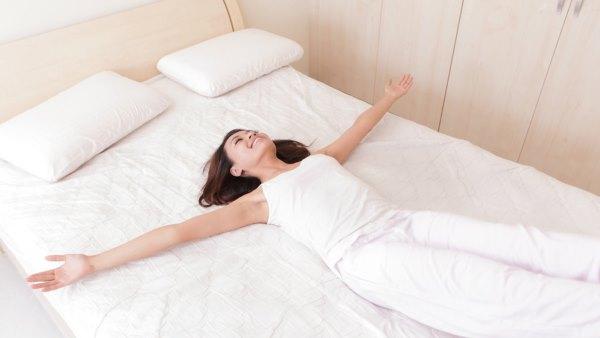 кровать девушка