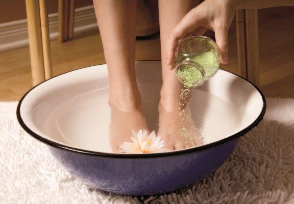 Ванночка для ног с морской солью.