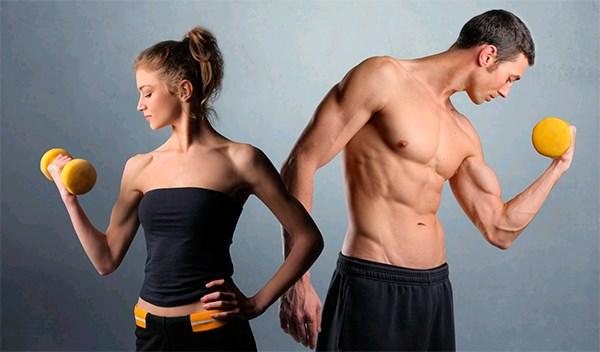 Мужчина и женщина качают бицепсч