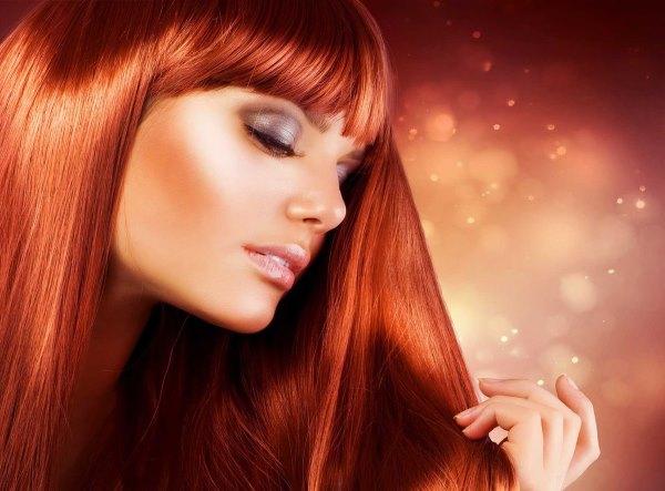 Девушка с красивыми волосами.